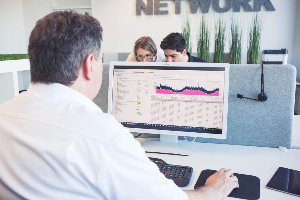 Service Monitoring mit PRTG. . Mann sitzt vor dem PC