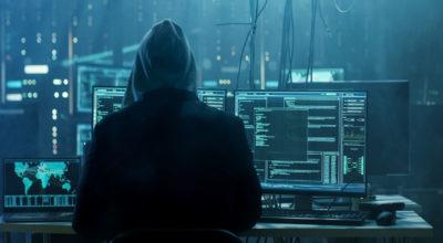 Mann sitz vor einem Computer und möchte diese haken